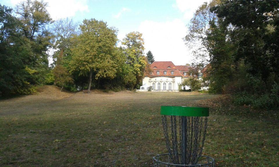Discgolf-Korb am Schloss Marquardt